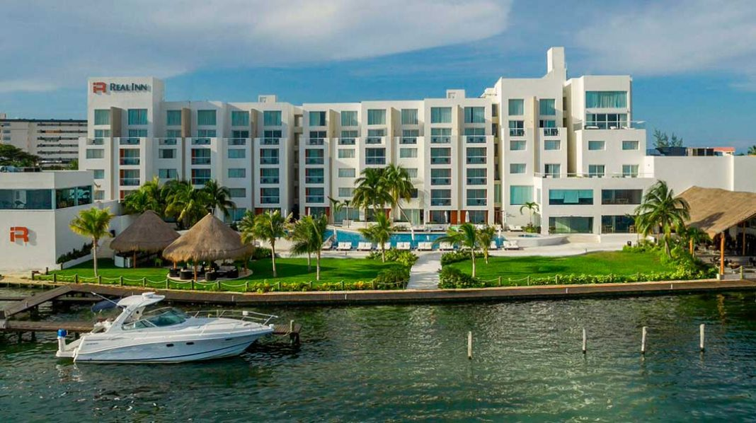 PREFERRED-HOTELS-&-RESORTS-INCORPORA-6-NUEVOS-HOTELES-A-SU-CARTERA-EN-MÉXICO-Real_Inn_CUN_exterior_2-portada