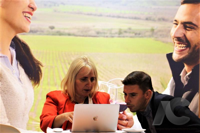 Ejecutiva atendiendo agenda de negocios en FITUR 2019.