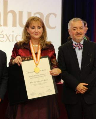 AFEET entrega galardón a Gloria Guevara