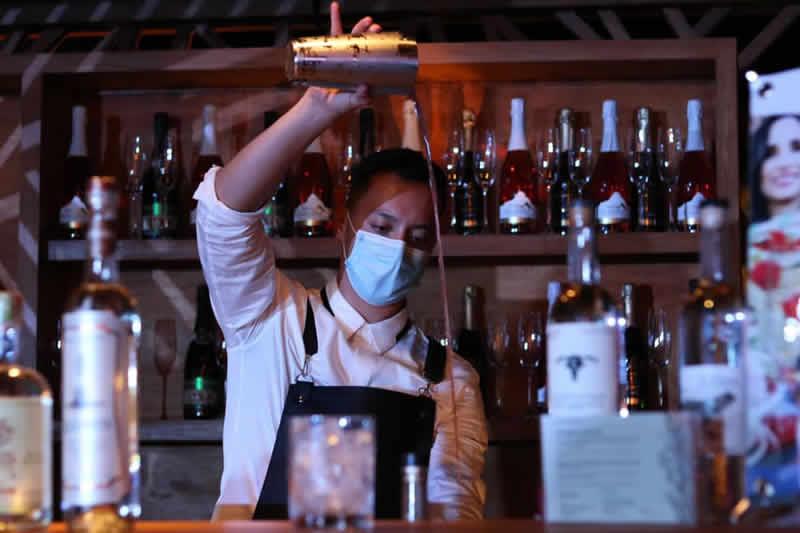 Ricardo  Cacique preparando el cóctel Recuerdo de Irapuato en VNG 2020