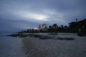 Admira los extraordinarios atardeceres en la extensa playa del hotel