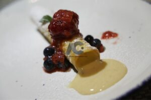 Exquisito postre preparado por el chef Abascal, cannoli de tres leches con frutos rojos
